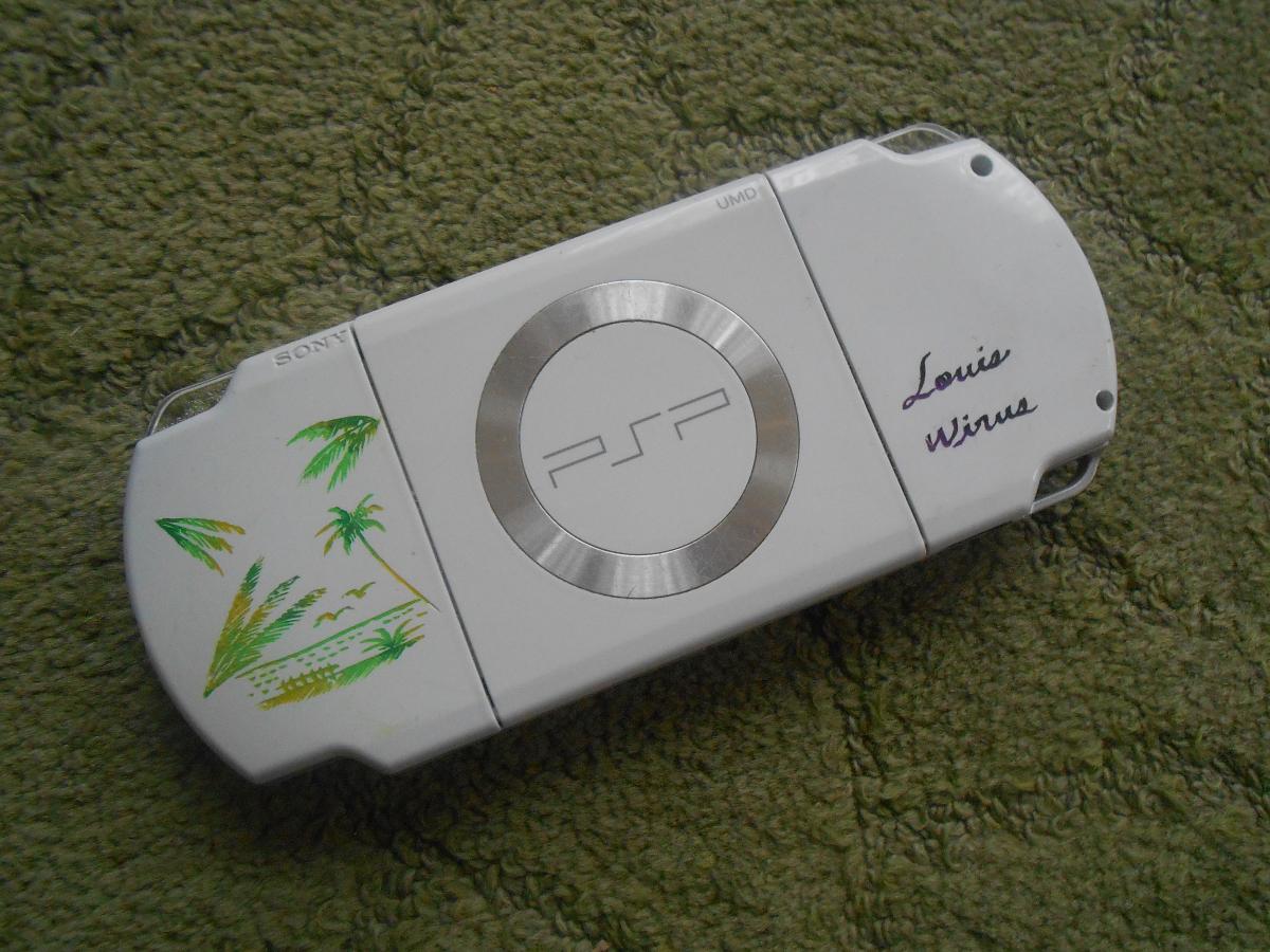 """En parlant de PSP, visez-moi un peu c'te PSP """"modée"""" 100% Wirus et Okinawa? 8-)"""